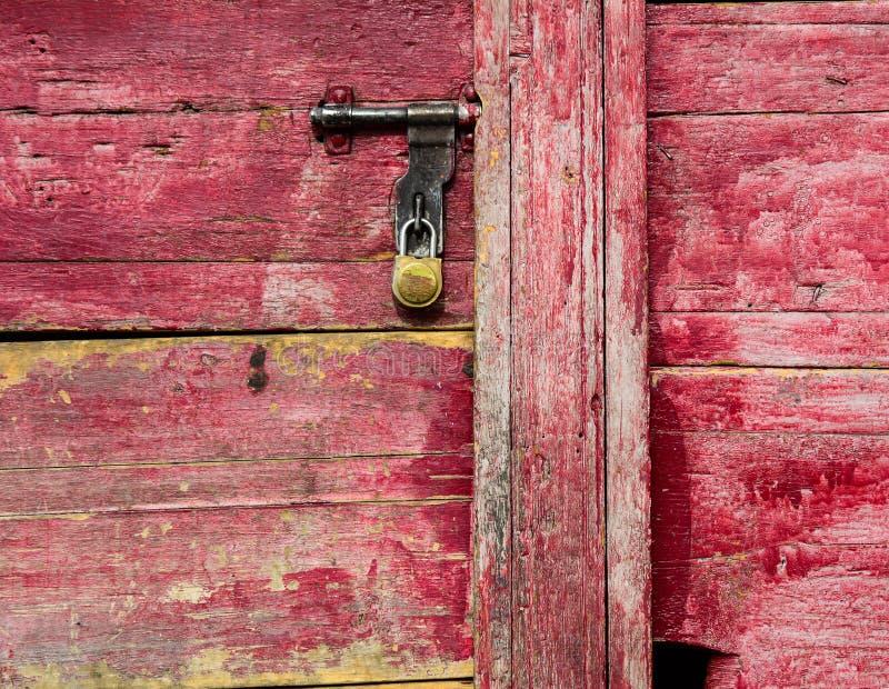 Porta de madeira vermelha no templo em Ladakh, Índia foto de stock