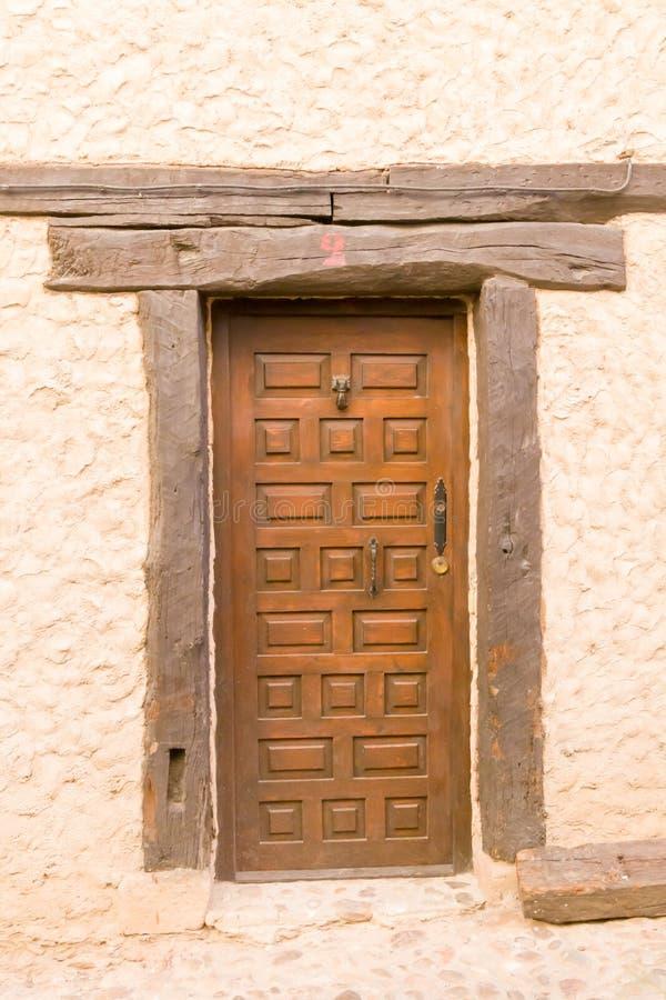Porta de madeira de vindima algures em Espanha imagens de stock royalty free