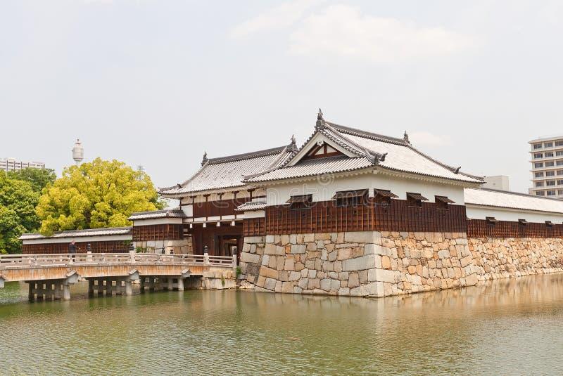 Porta de Ninomaru Omote e torreta de Tamon Yagura do castelo de Hiroshima, foto de stock royalty free