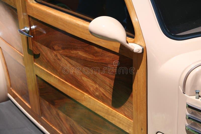Porta de painel de madeira no carro clássico do sedan foto de stock