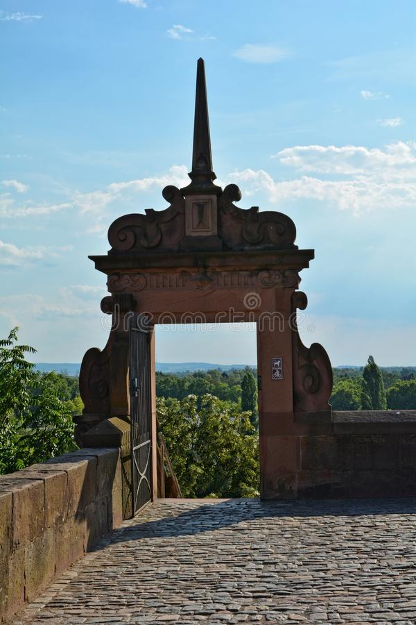 Porta de pedra com pedras e parede no castelo em Aschaffenburg, Baviera imagens de stock royalty free