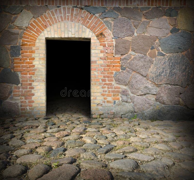Porta de pedra velha da casa imagem de stock