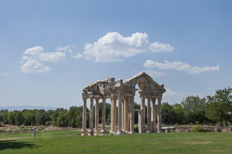 Porta de Roman Tetrapylon nos Aphrodisias no custo egeu de Turquia foto de stock