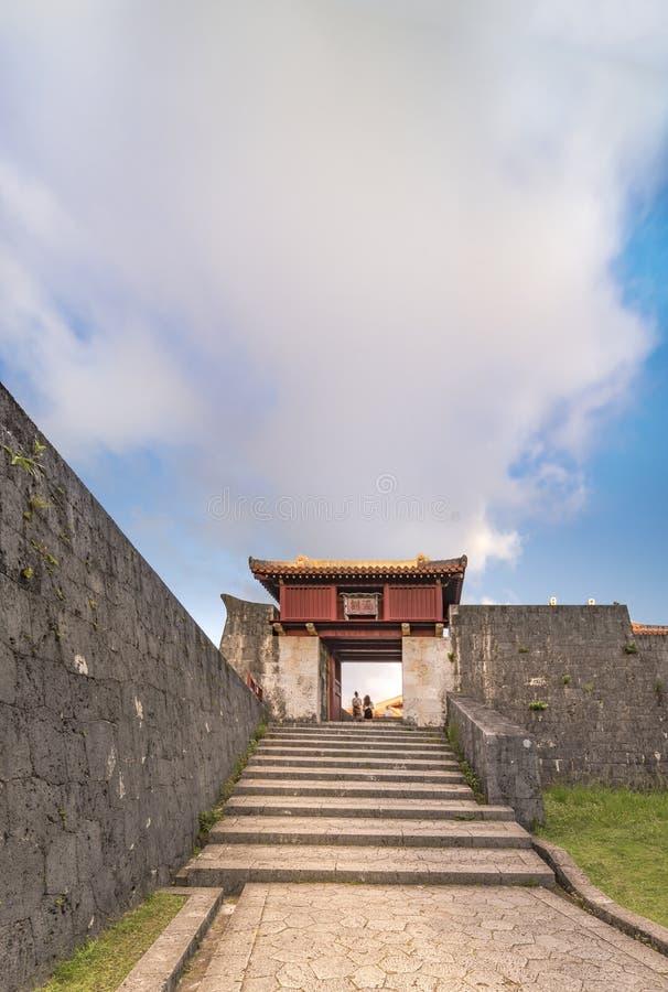 Porta de Shukujunmon do castelo de Shuri na vizinhança de Naha, a capital de Shuri de Okinawa Prefecture, Japão foto de stock
