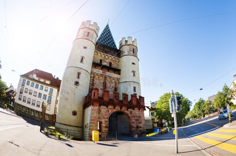 Porta de Spalentor nas paredes da cidade antiga de Basileia foto de stock royalty free