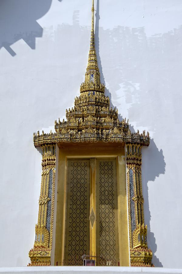 Porta de surpresa no Salão para as relíquias dos príncipes e das princesas, templo de Emerald Buddha fotos de stock