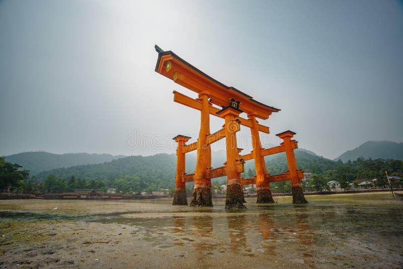 A porta de Torii, maré baixa com reflexão, borrou a exposição ultra longa do movimento imagem de stock royalty free