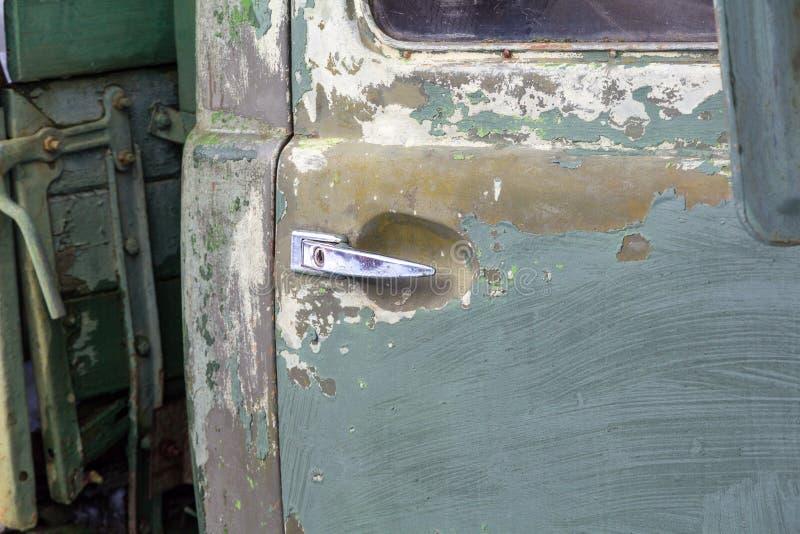 Porta de um veículo velho com um fim do punho do cromo acima fotos de stock royalty free