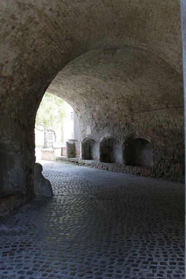 A porta de uma parede velha do castelo, castelo de Magyarovar, Hungria fotos de stock