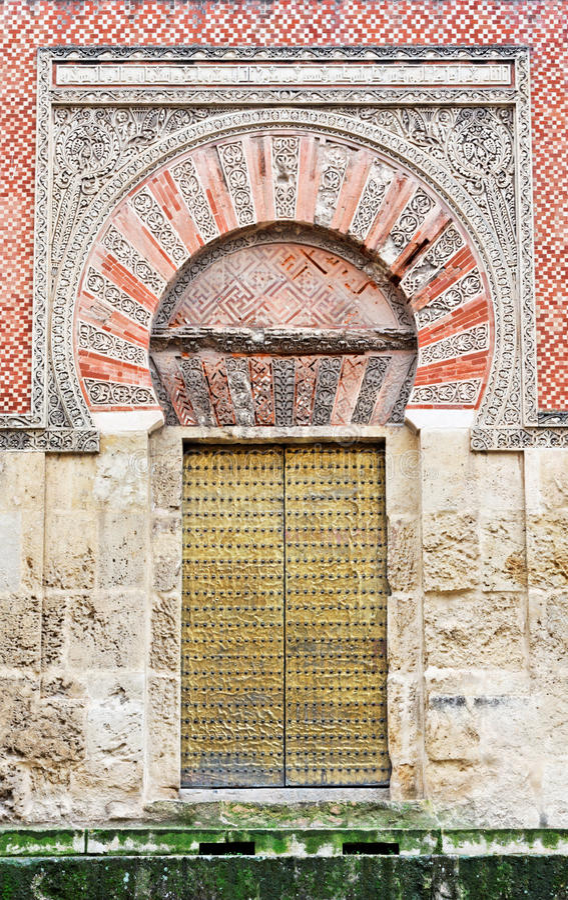 Porta decorada da mesquita da catedral em Córdova imagens de stock