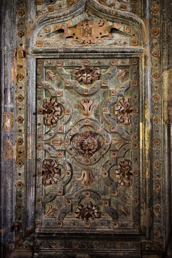 Porta decorata antica della cattedrale di Girona fotografia stock