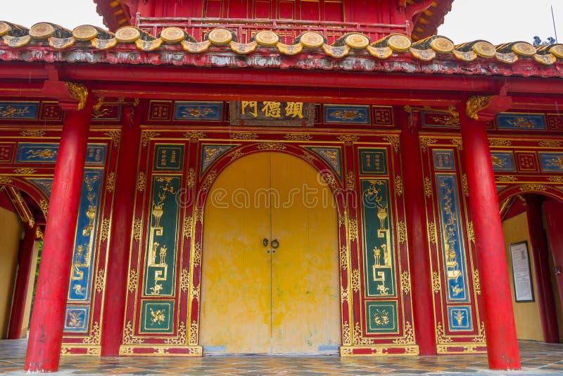 Porta decorata e facciata del tempio cinese fotografia stock libera da diritti