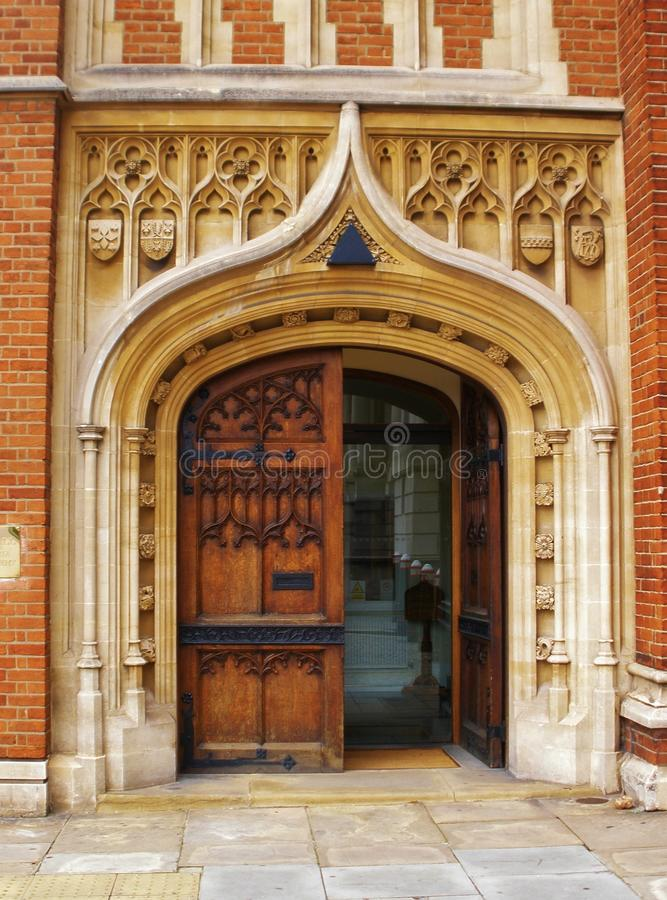 Porta decorata su monumento storico in Inghilterra immagine stock libera da diritti