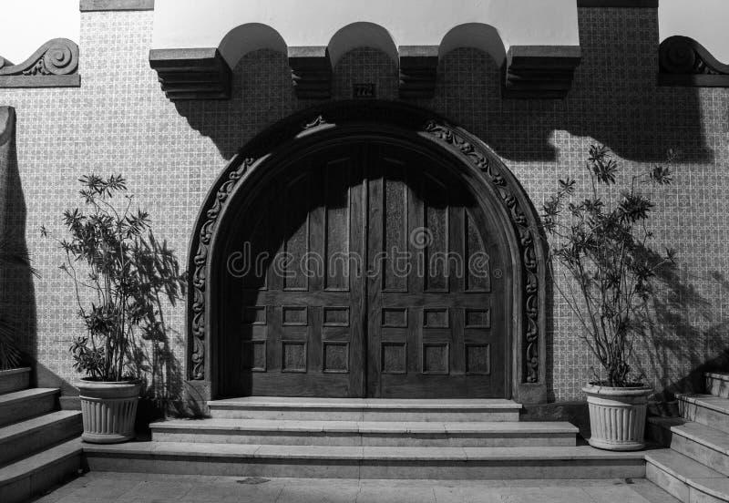 Porta decorata variopinta di una chiesa antica immagini stock