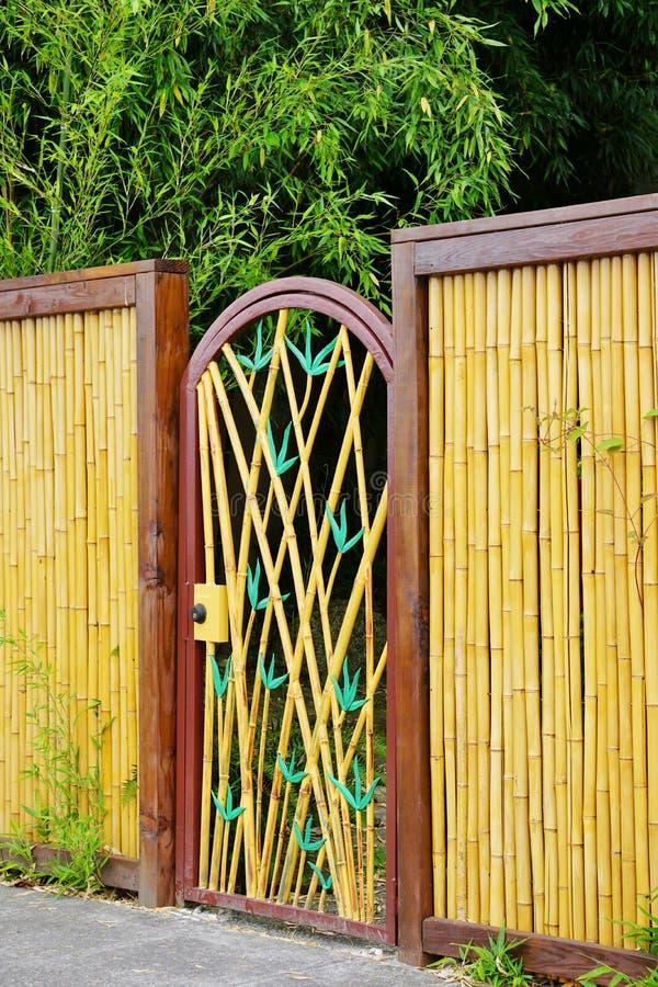 Porta decorativa na cerca de bambu imagens de stock royalty free