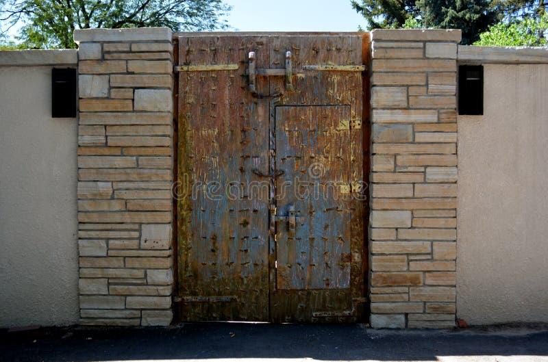 Porta del castello di stile del ferro immagini stock