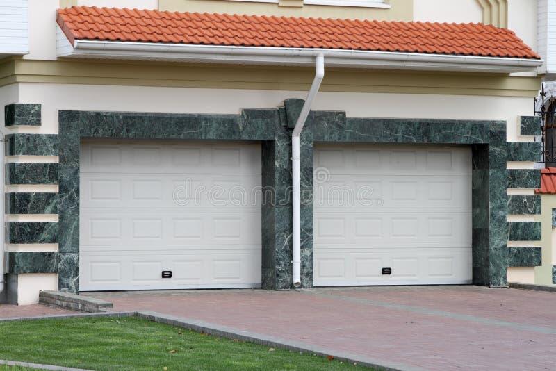 Porta del garage per 2 automobili immagini stock libere da diritti