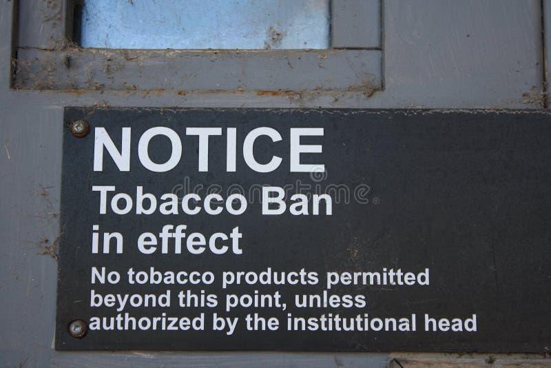 Porta del metallo dell'avviso di salute delle sigarette del segno di divieto del tabacco immagine stock libera da diritti
