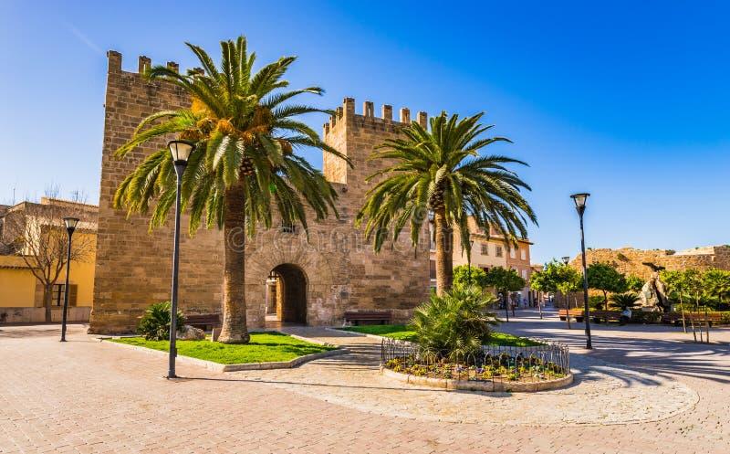 Porta Del Moll, historisches Verstärkungstor an der alten Stadt von Alcudia auf Mallorca, Spanien stockfotos