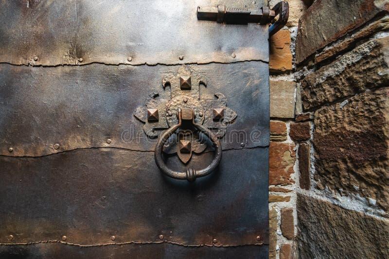 Porta del vecchio ferro e maniglia o battitore di porta antica arrugginita fotografie stock libere da diritti