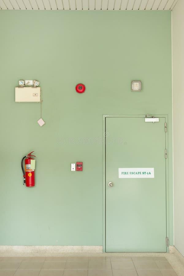 Porta dell'uscita di sicurezza, estintore, allarme antincendio fotografie stock
