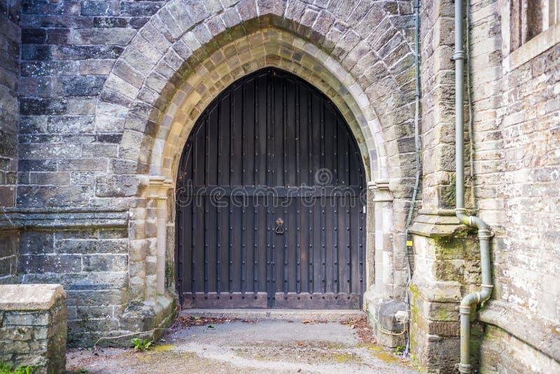 Porta della chiesa della st Eustachius - Tavistock, Inghilterra, Regno Unito immagini stock libere da diritti