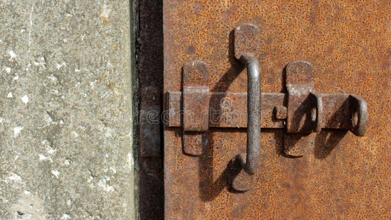 Porta della prigione con il chiavistello senza molla di scatto immagini stock
