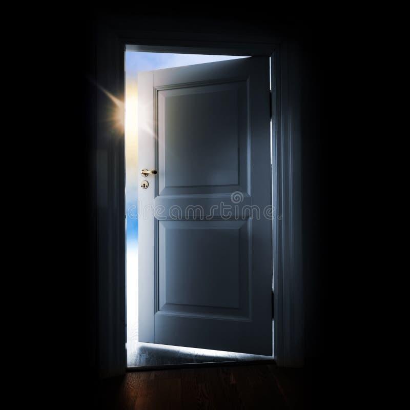 Porta di apertura con luce ed il cielo brillanti fuori illustrazione di stock