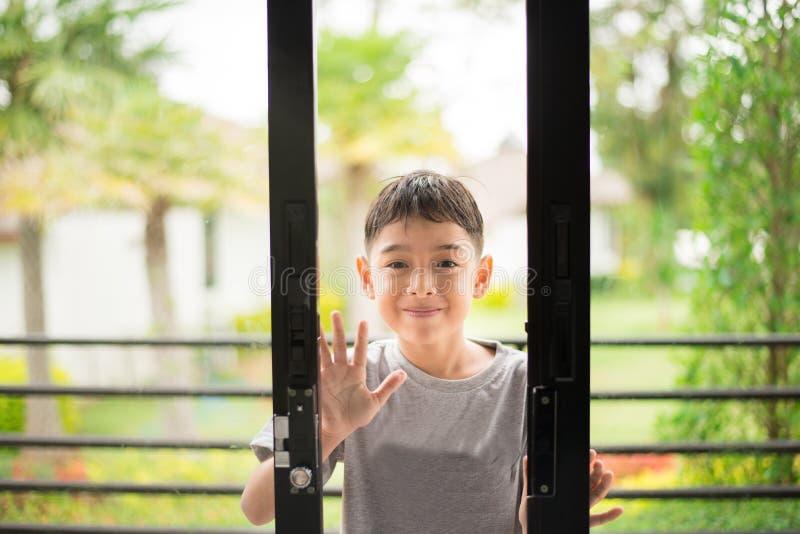 Porta di apertura del ragazzino nella casa fotografia stock