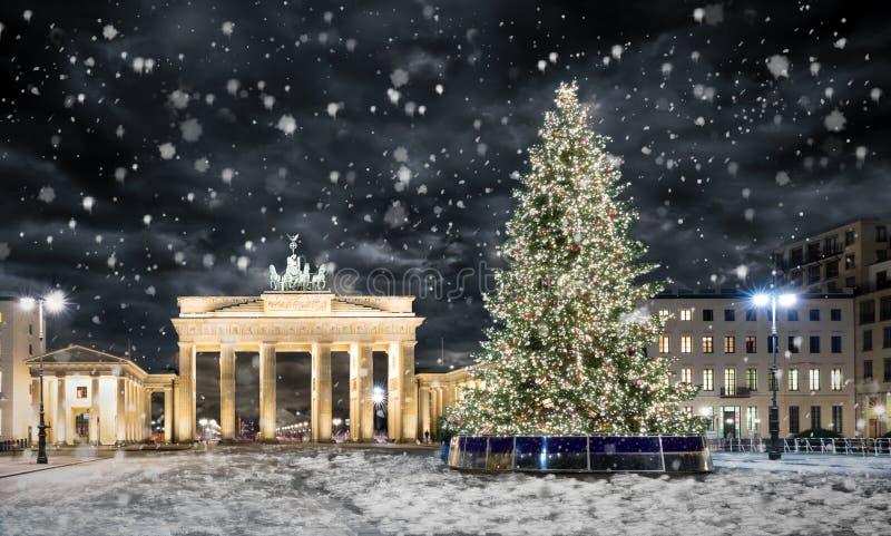 Porta di Brandeburgo a Berlino, con l'albero di Natale e la neve immagini stock