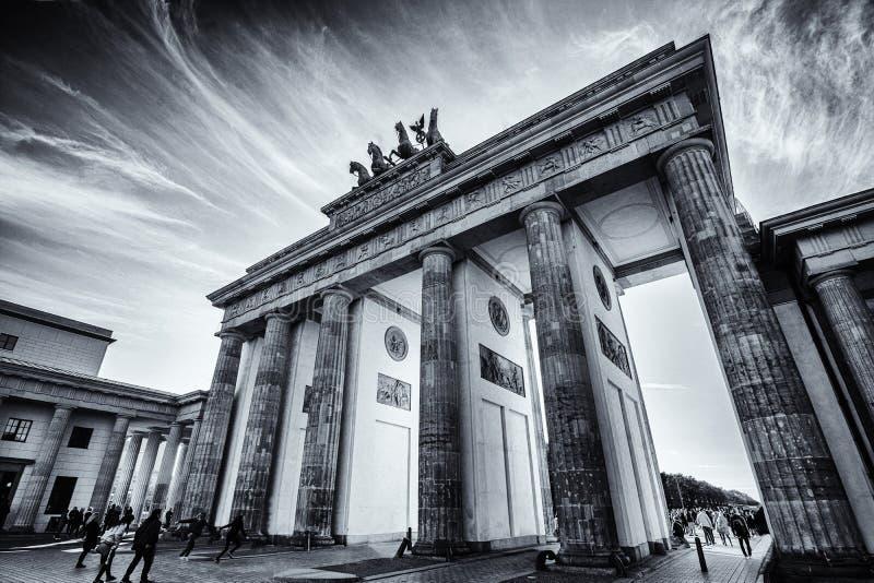 Porta di Brandeburgo in bianco e nero con una potente formazione di nube immagini stock