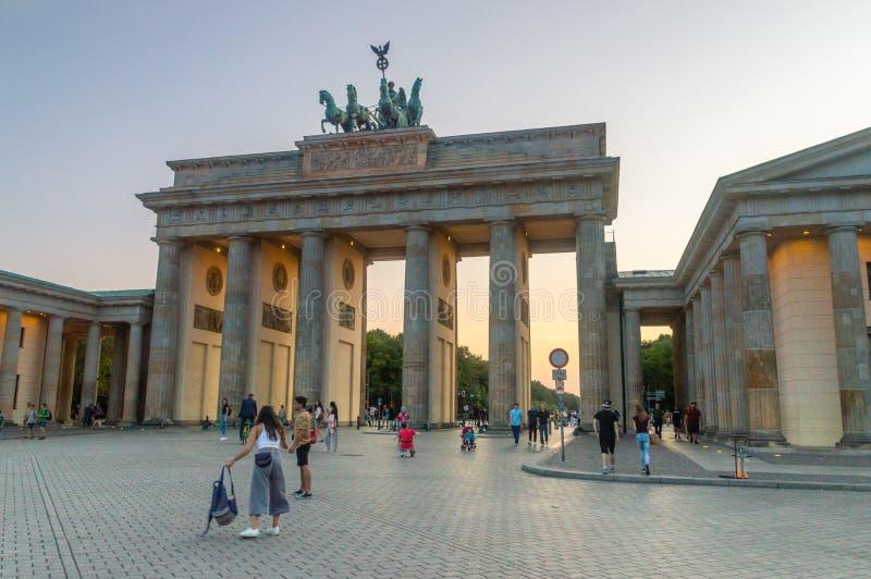 Porta di Brandeburgo famosa una dei monumenti più famosi a Berlino immagini stock libere da diritti