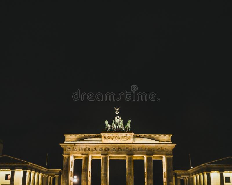 Porta di Brandenburg di notte punto di riferimento di Berlino Viaggi e turismo a Berlino immagini stock