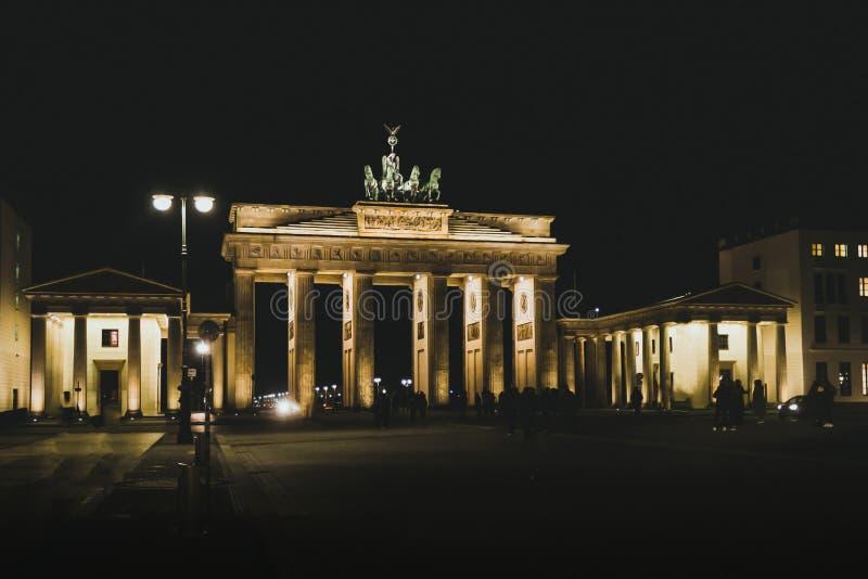 Porta di Brandenburg di notte punto di riferimento di Berlino Viaggi e turismo a Berlino fotografia stock libera da diritti
