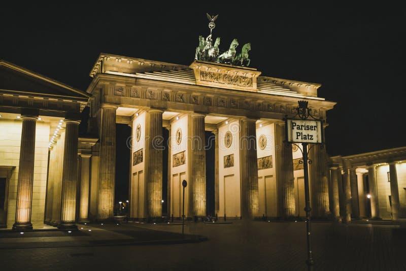 Porta di Brandenburg di notte punto di riferimento di Berlino Viaggi e turismo a Berlino fotografie stock