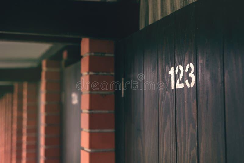 Porta di cabina della spiaggia numero 123 immagine stock