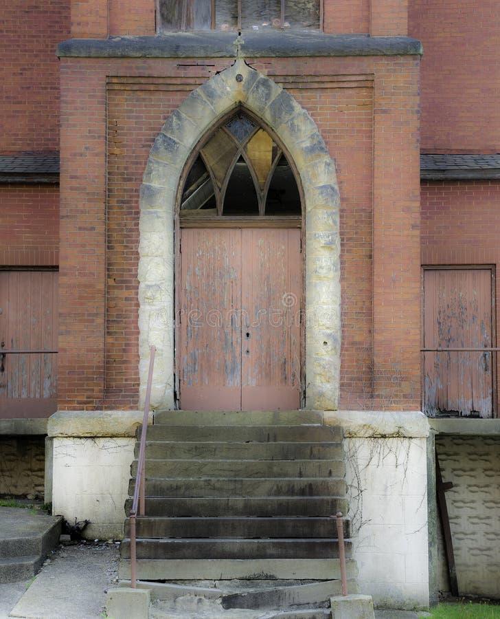 Porta di entrata abbandonata della chiesa fotografie stock libere da diritti