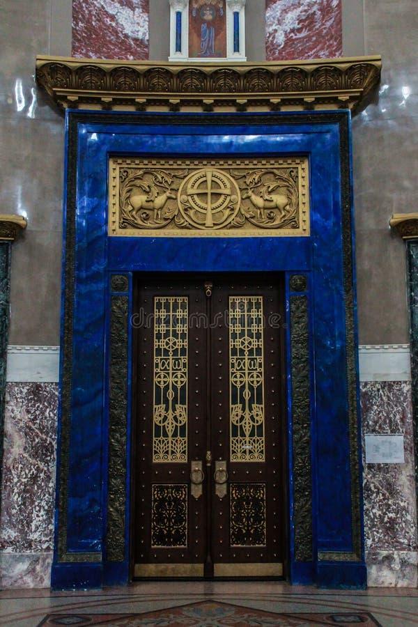 Porta di entrata alla cattedrale navale di San Nicola in Kronštadt immagini stock
