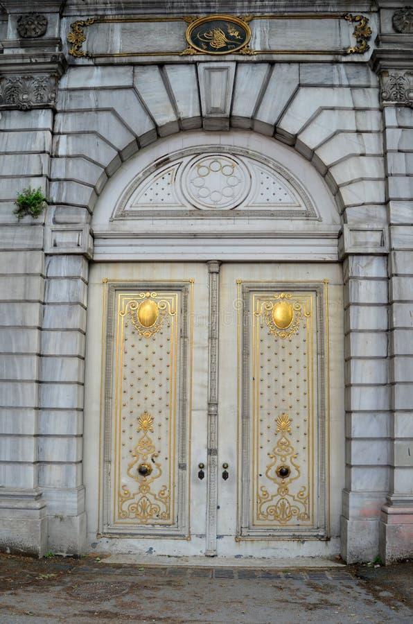 Porta di entrata del palazzo del dolmabahce a Costantinopoli, Turchia immagini stock libere da diritti