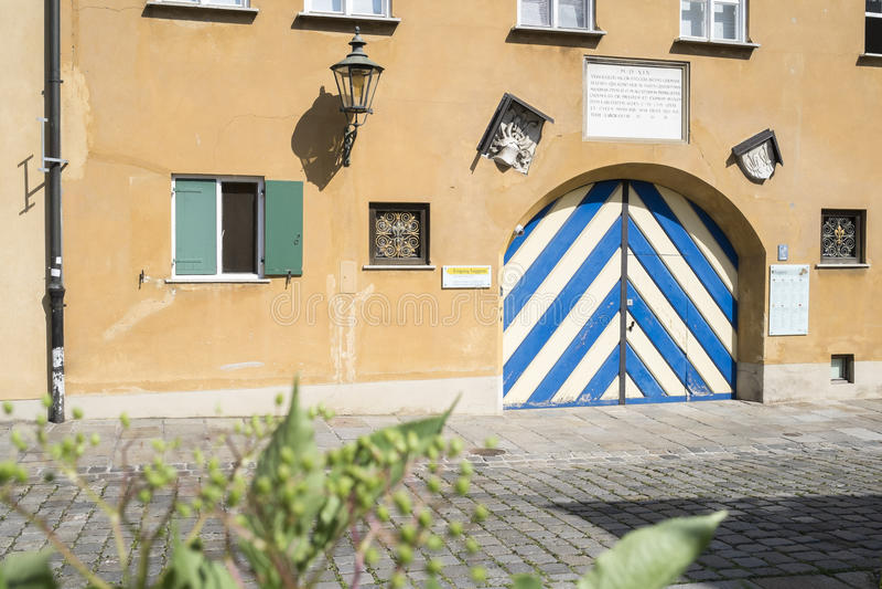 Porta di entrata e della facciata al Fuggerei storico a Augusta fotografie stock libere da diritti