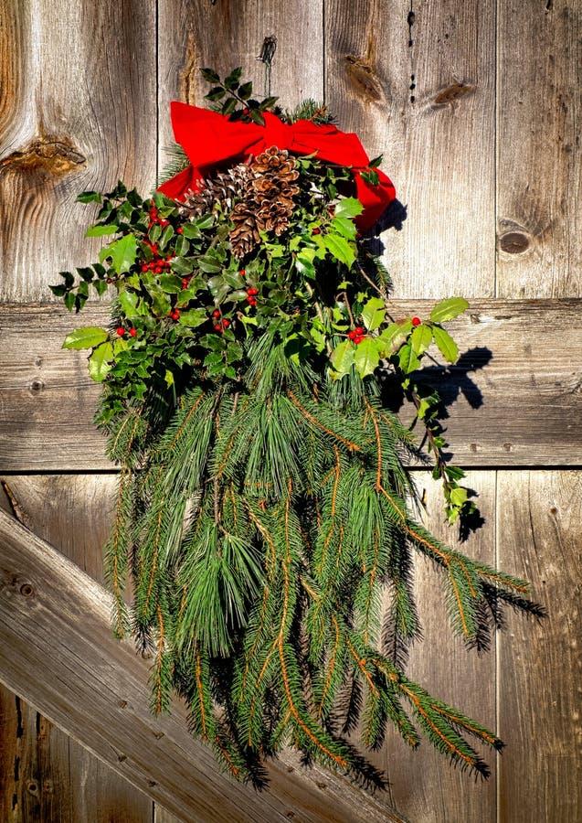 Porta di granaio della decorazione della corona di festa di Natale vecchia fotografia stock libera da diritti