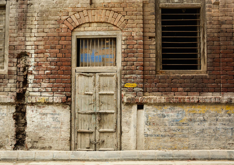 Porta di legno al vecchio palazzo a Amritsar, India fotografia stock libera da diritti