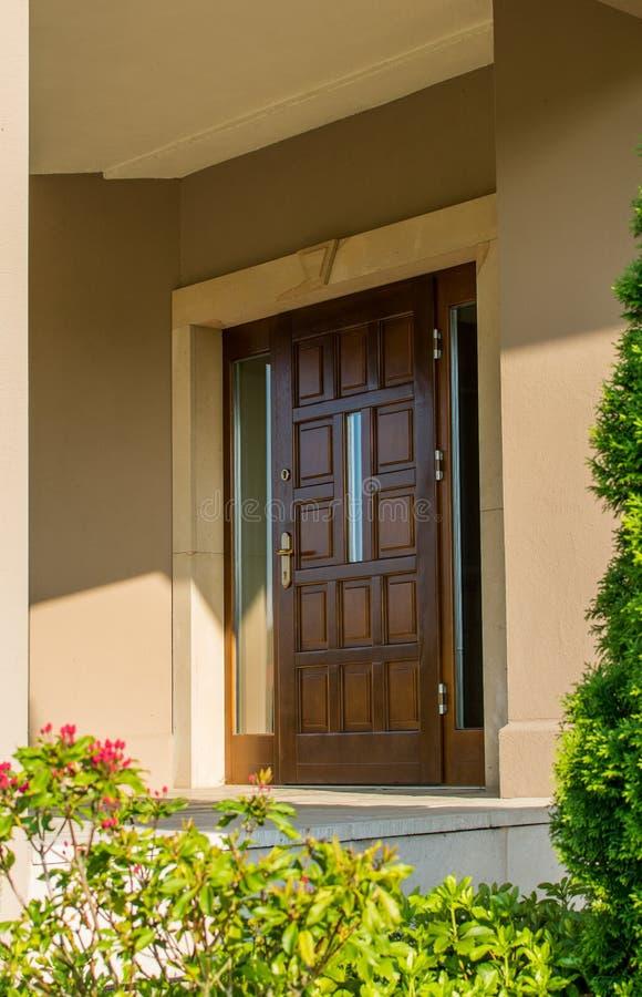 Porta di legno alla residenza fotografia stock