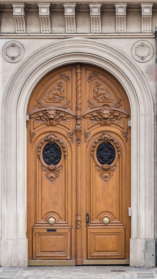 Porta di legno antica con la struttura di pietra scolpita in un PA antico fotografia stock libera da diritti