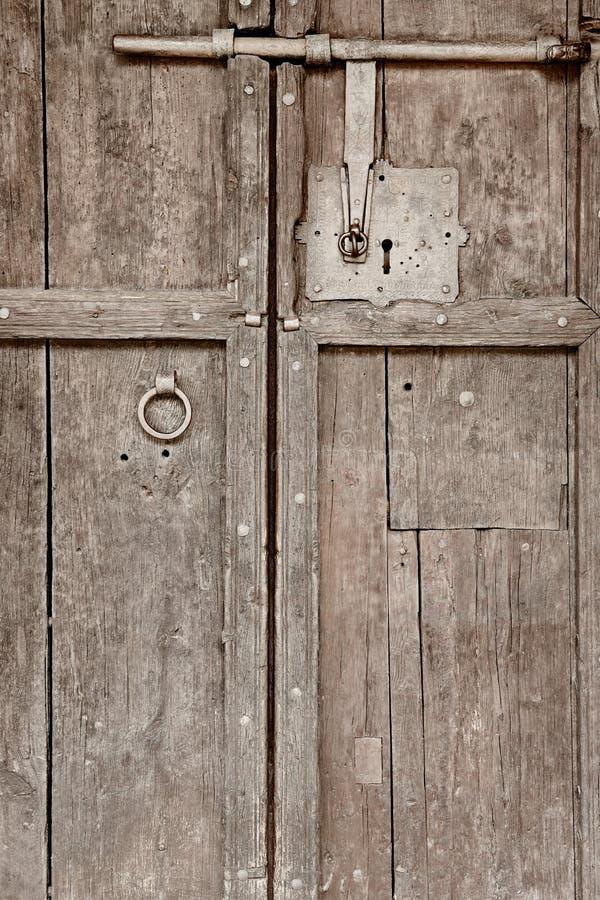 Porta di legno antica con la vecchia serratura classica del ferro annata fotografia stock