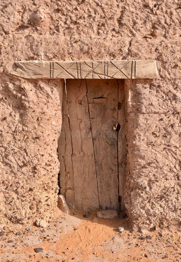 Porta di legno antica della casa con mattoni a vista del fango nel Sudan fotografia stock libera da diritti