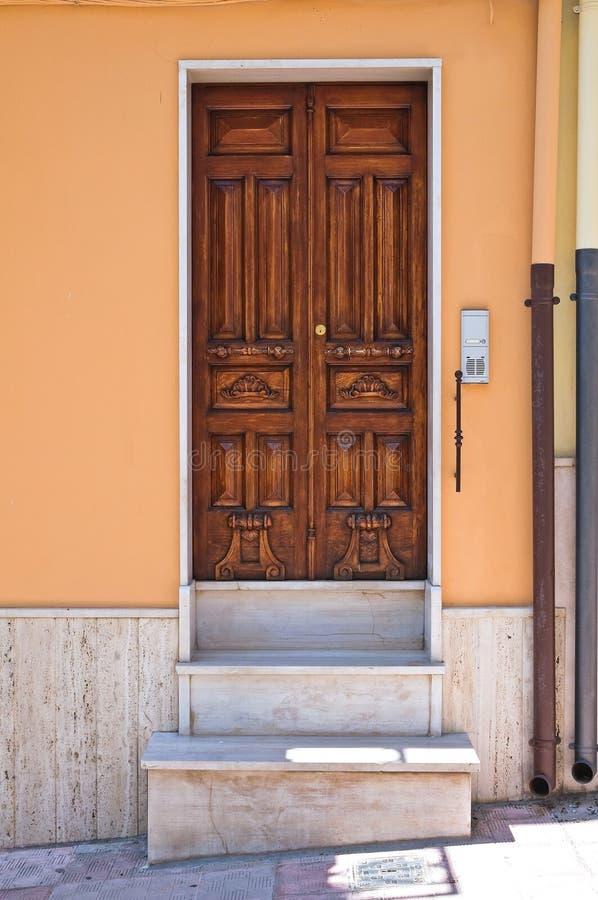 Porta di legno. Biccari. La Puglia. L'Italia. immagine stock