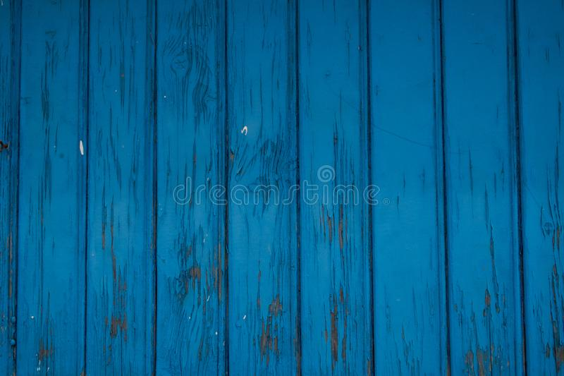 Porta di legno blu invecchiata, vecchia pittura blu fotografie stock