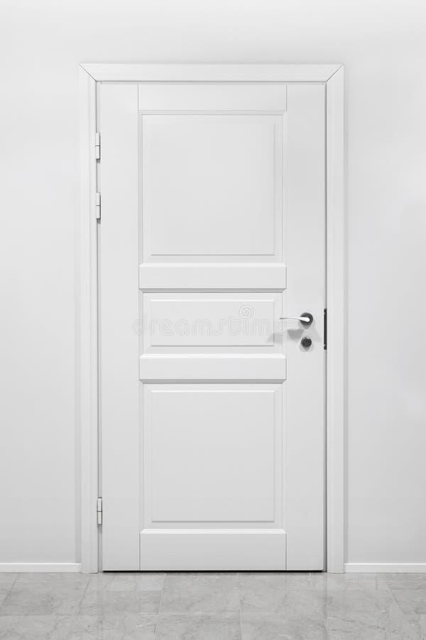 Porta di legno chiusa classica in ufficio bianco fotografia stock libera da diritti