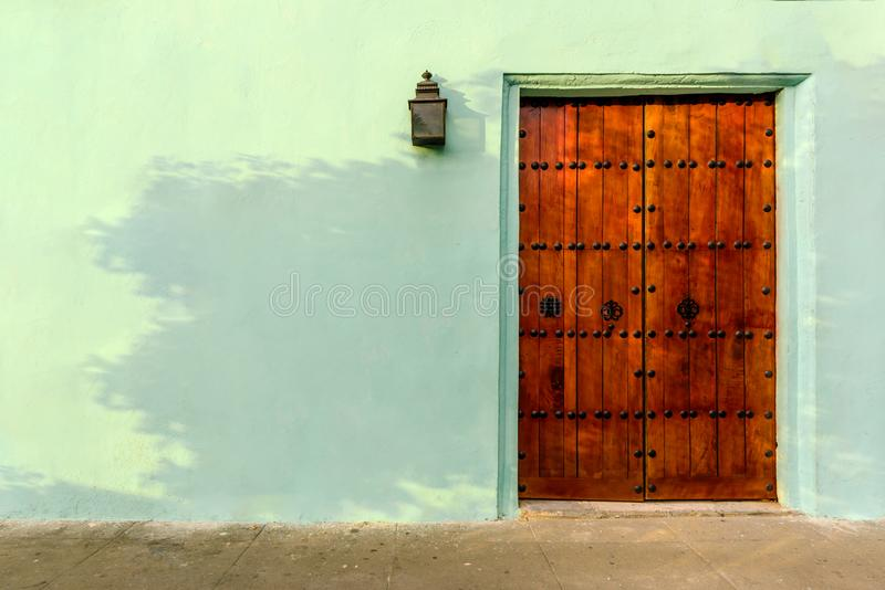 Porta di legno chiusa potente dei bordi rossi, con gli ornamenti di metallo immagini stock